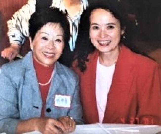 2001年此文作者與於梨華簽名後合影。圖/龔則韞提供