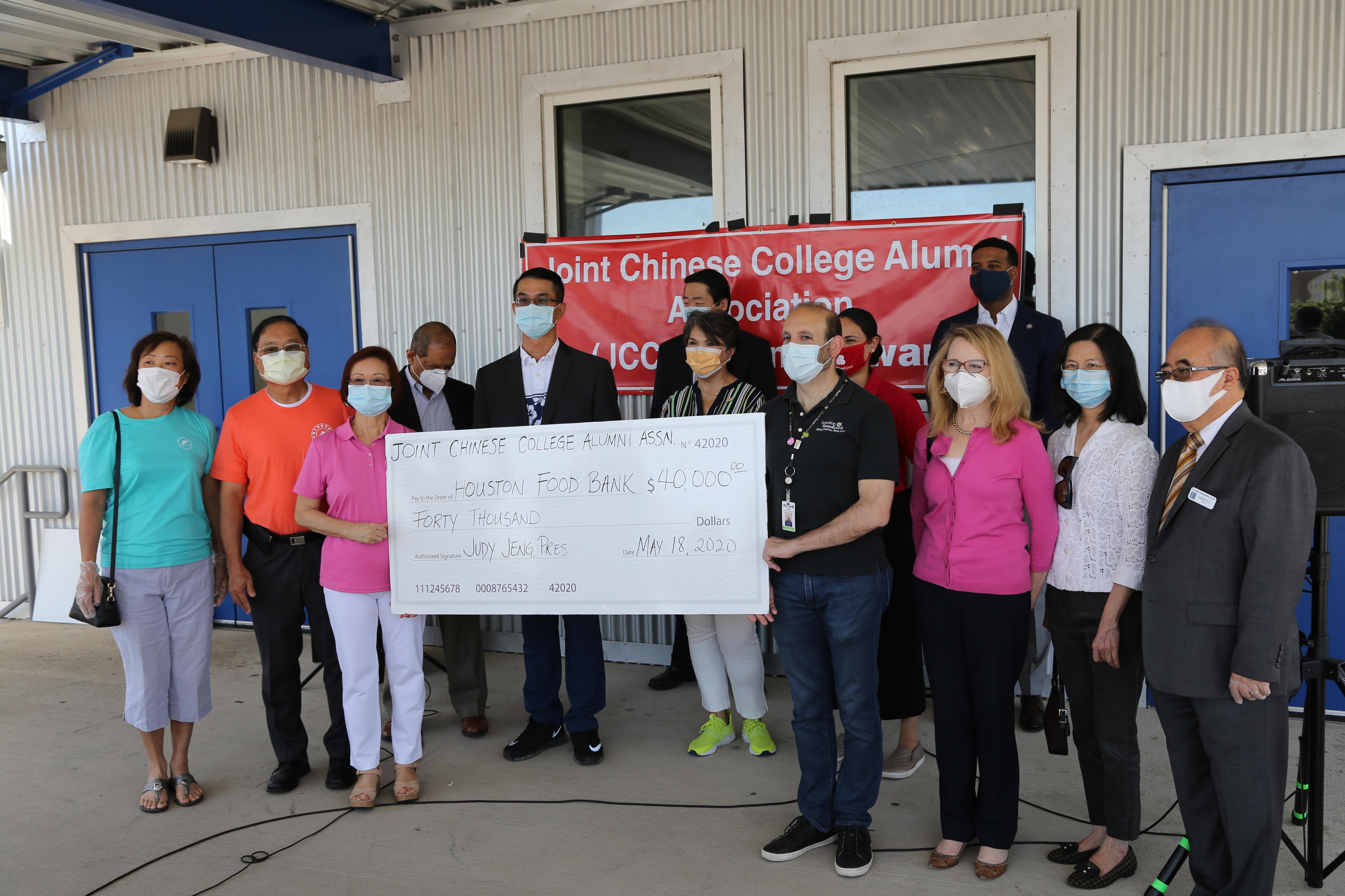 休士頓大專校友會會長徐小玲(左三)與葉宏志(左二)、劉美玲(左一)代表該會捐助4萬元給休士頓食物銀行賑濟災民。