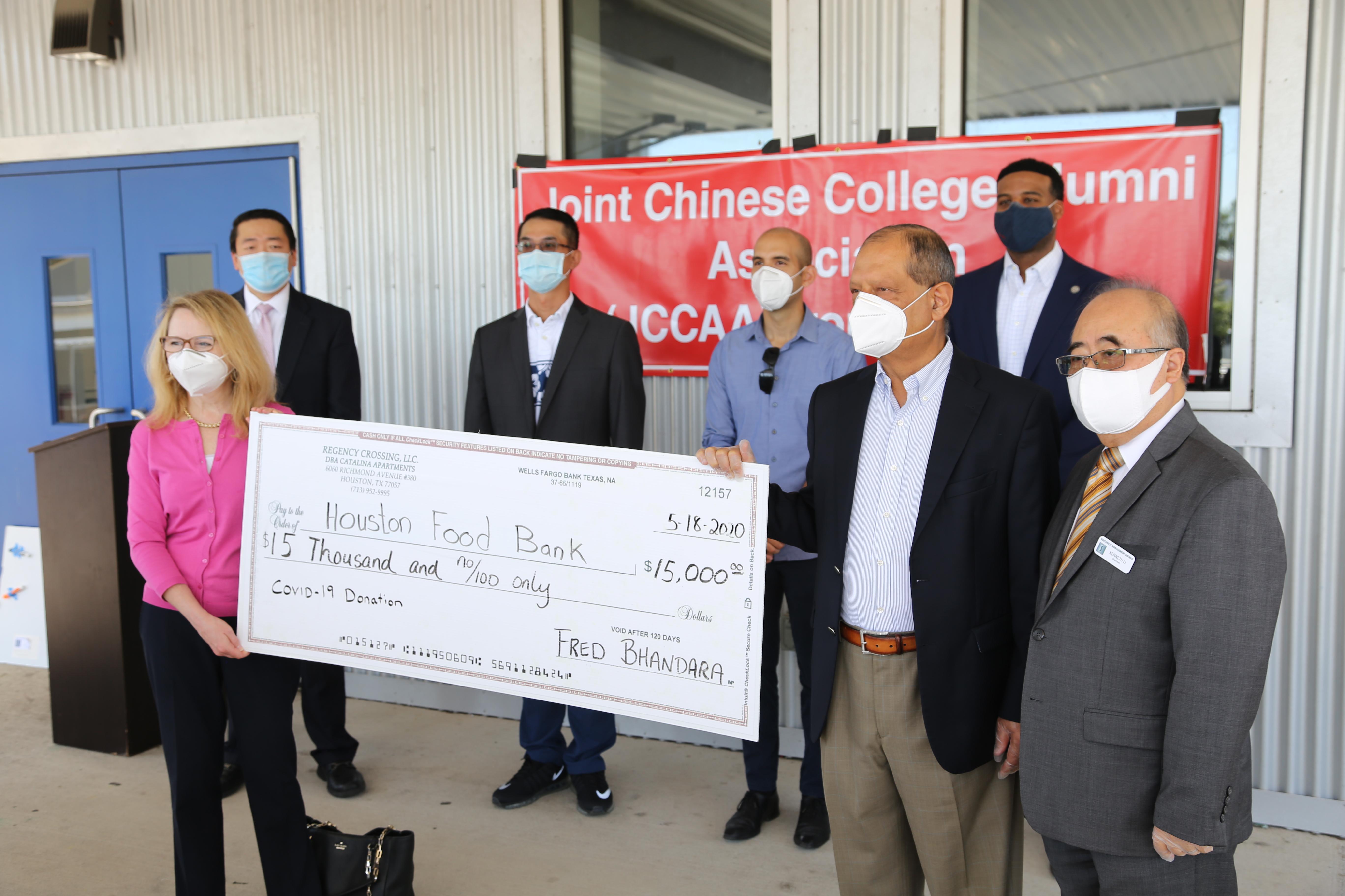 西南管理區理事Fred Bhandara(右二),在區長李雄(右一)的陪同下,以個人名義捐出1萬5000元。