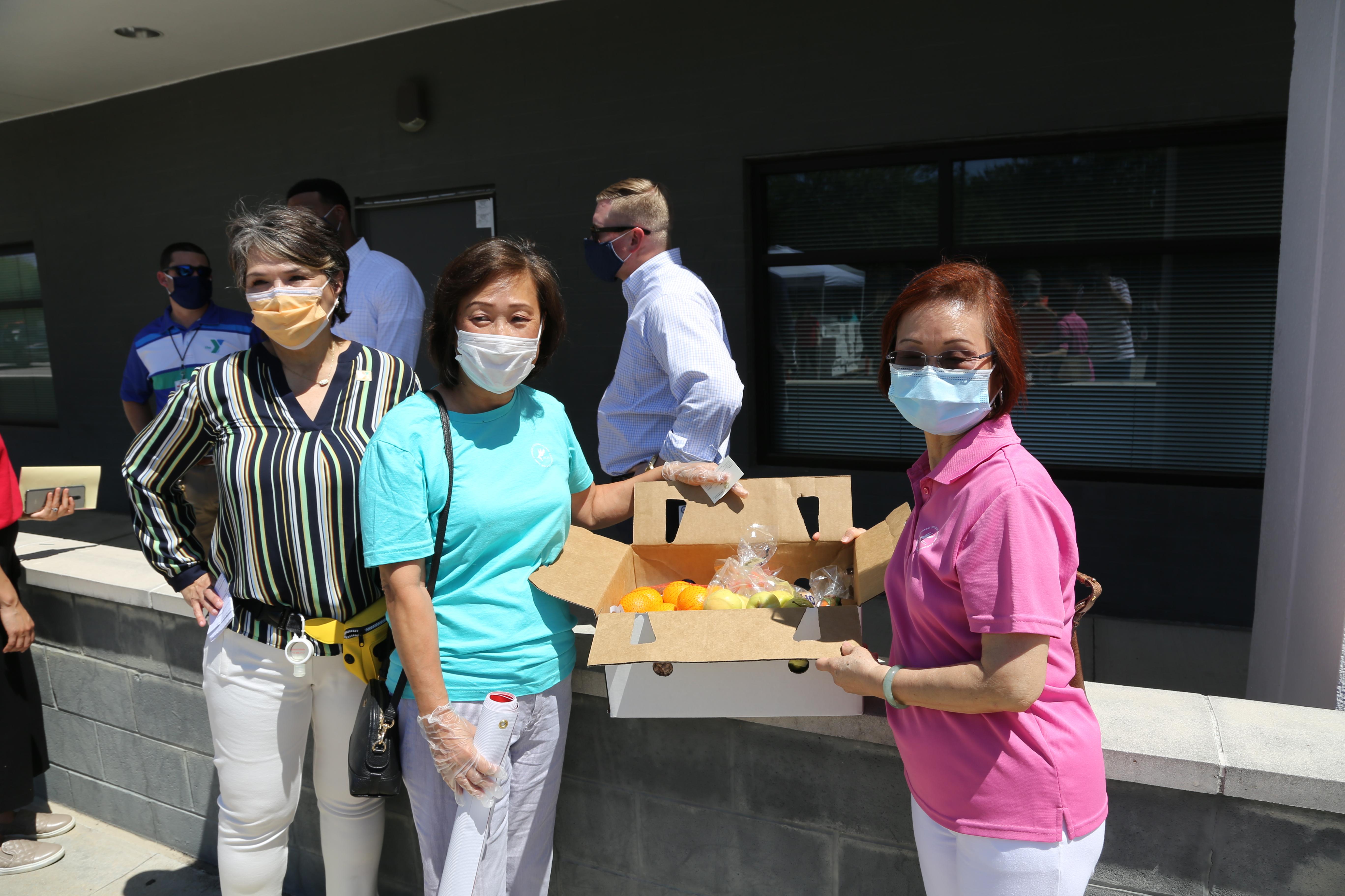 徐小玲(右)、劉美玲(左二)協助發放食物。