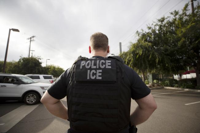 聯邦移民及海關執法局用來安置無證移民的拘留所,被爆擁擠不堪,新冠病毒疫情嚴重。自從疫情發生以來,川普政府對於無證移民扣留方式,面臨挑戰。(美聯社)
