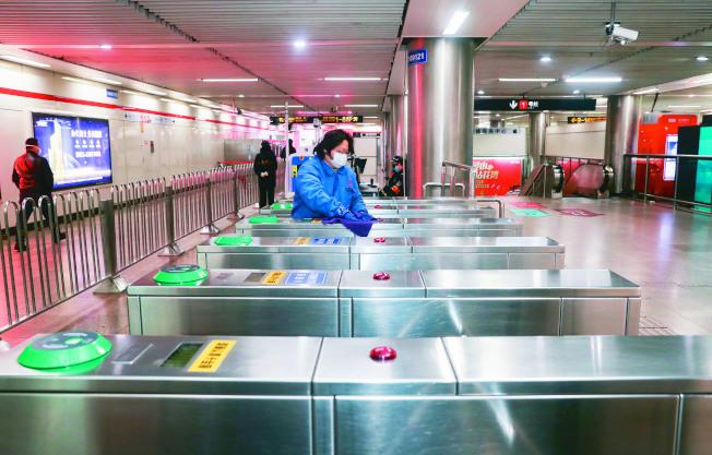 確診的湖北大學生曾在上海搭地鐵,引發不少市民打電話來問這個病例的活動軌跡。(新華社資料照片)