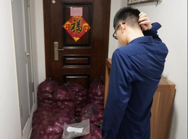 男子收到前女友送的一噸洋蔥。(取材自微博)