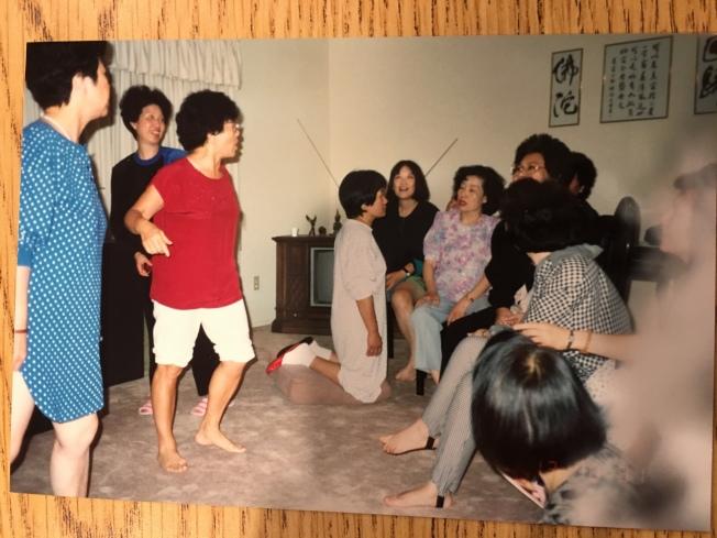 第二年會晚上的睡衣Party,穿紅衣白褲為於梨華。圖/吳玲瑤提供