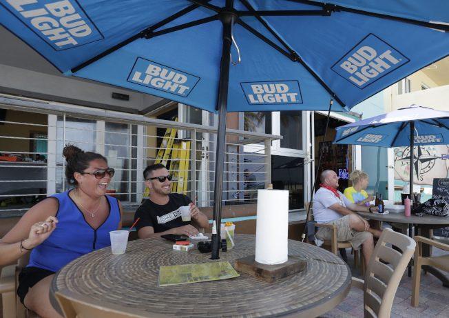 新州海灘重開 民眾排3小時買入場徽章