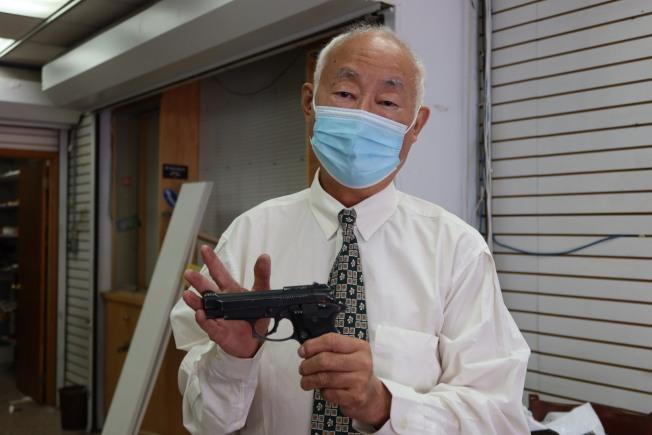 古角和他隨身佩戴的短槍。(記者張晨/攝影)