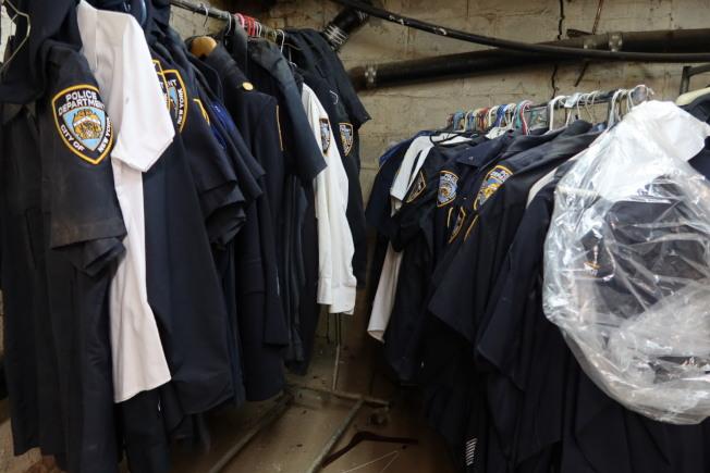 地下室所存放的市警警服及輔警服。(記者張晨/攝影)