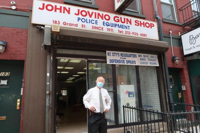 店經理古角和接收25年的店鋪。(記者張晨/攝影)