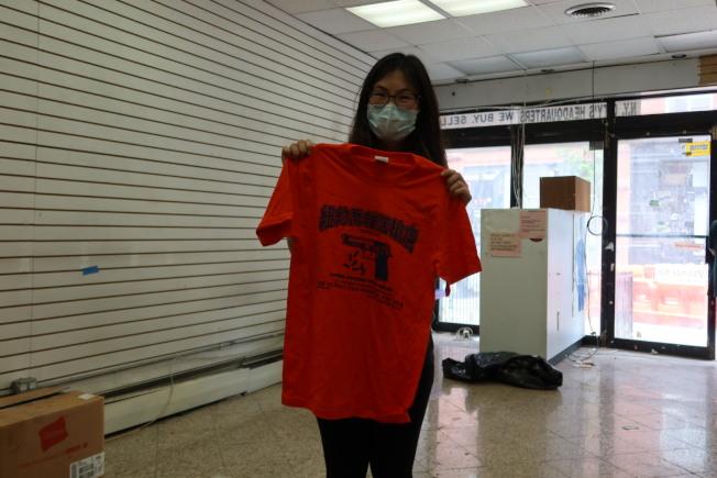 華裔顧客趕在最後一天購買紀念T恤。(記者張晨/攝影)