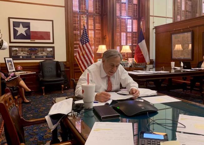 德州州長艾伯特宣布五月底之前擴大復工範圍。( 州長辦公室臉書)