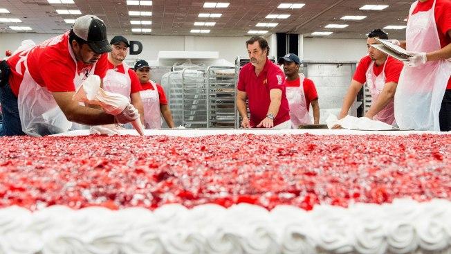 巨型草莓蛋糕是巴沙迪那草莓節的大噱頭。(巴沙迪那市府臉書)
