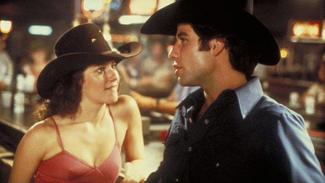 1980年首映的「城市牛仔」是以巴沙迪那作為故事背景的愛情名片。(Urban Cowboy 網頁推特)