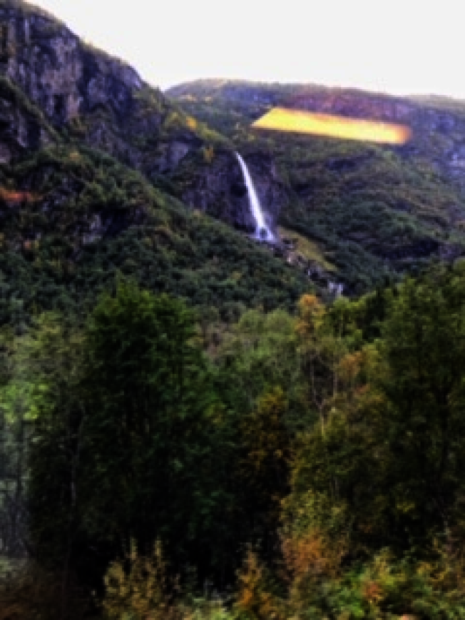瀑布奔騰而下。