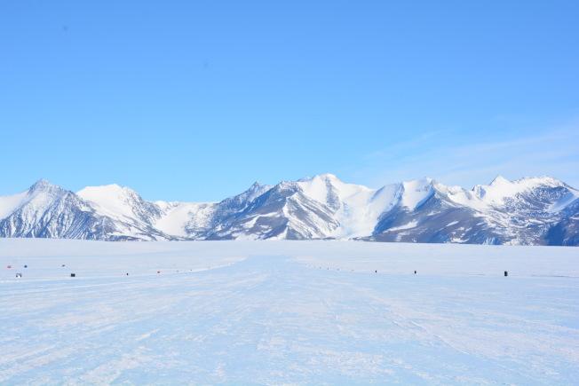世界上獨一無二的藍冰跑道。