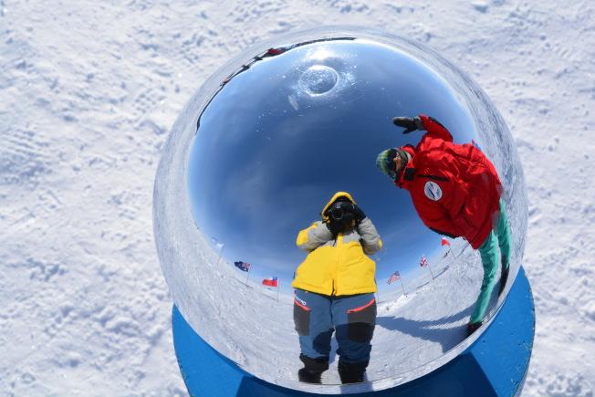 我們與最著名的南極點地標,水晶圓球合影。