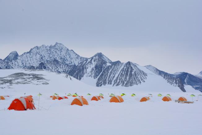 :聯合冰川營地被雄偉的山峰環繞,周圍一片白雪皚皚,在這渾然一體的純白世界裡,天地無縫對接,美景攝人心魄。