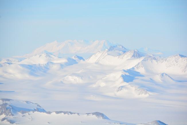 從飛機上往下看的南極大陸。