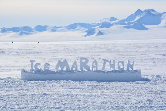 用雪堆成的冰雪馬拉松, 準備迎接即將在南極洲舉行的馬拉鬆比賽。