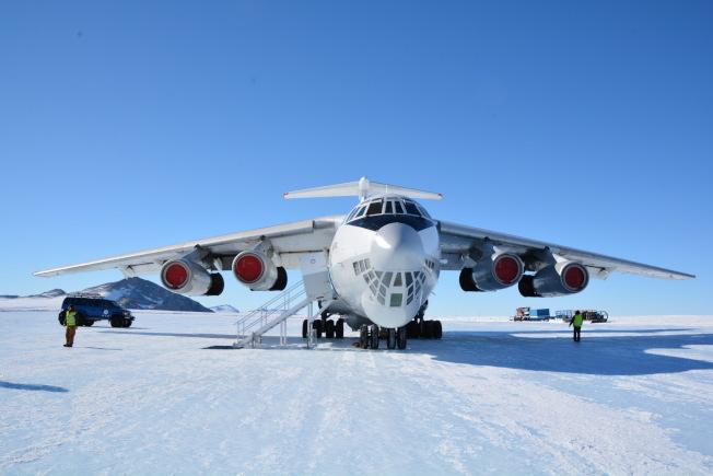 我們搭乘前蘇聯的伊爾一76運輸機,從智利彭城飛往南極內陸聯合冰川營地。(圖皆由作者提供)