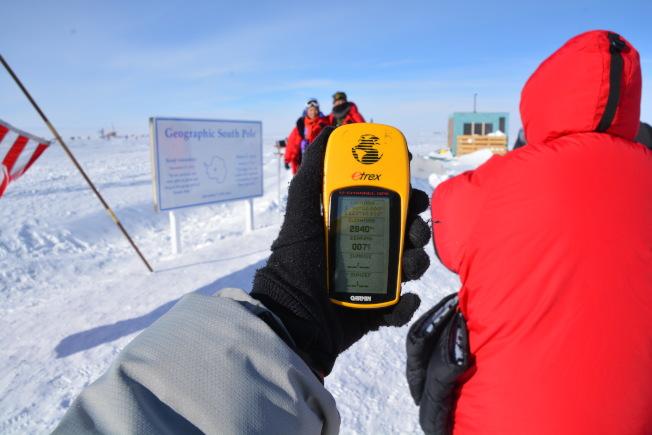 女兒拿著GPS從南極點紀念標誌繼續向南走幾步,當讀數變成S90,南緯90度的時候,就是世界的盡頭了。