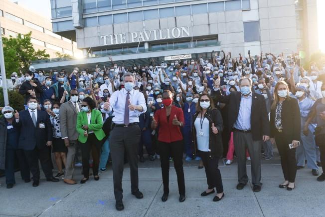 白思豪将对169家疗养院所有老人和员工提供核酸检测。(市长办公室提供)
