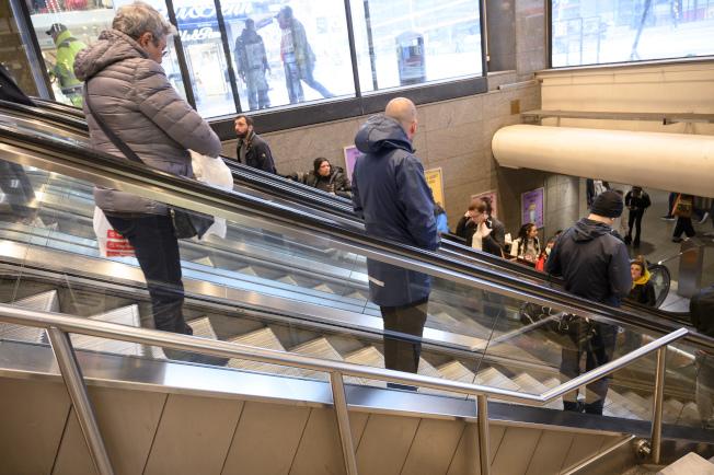 相信民眾自主防疫的瑞典,過去一周每百萬人死亡率冠居全歐洲,圖為12日瑞典民眾在斯德哥爾摩購物中心內保持社交距離搭電扶梯畫面。美聯社