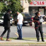 非裔組織「新黑豹黨」成員 亞城抗議華裔商家 1抗議者持槍