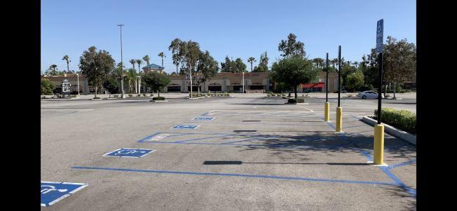 安大略購物中心停車場依舊空空蕩蕩。(記者啟鉻/攝影)