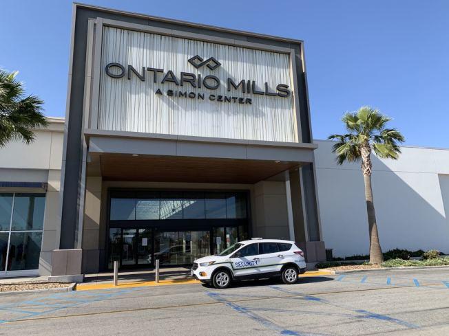 內陸最大購物中心Ontario Mills Mall少部分商家提供客戶路邊提貨服務,但多數商家依舊閉門。(記者啟鉻/攝影)