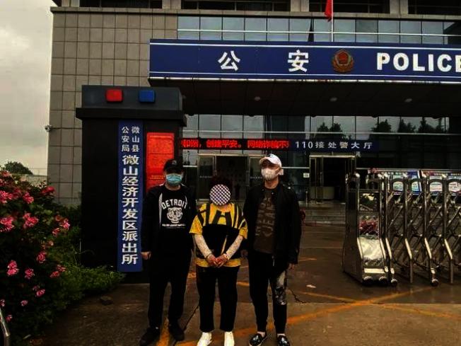 山東籍何姓女子(中)被逮捕。(取材自錢江晚報)