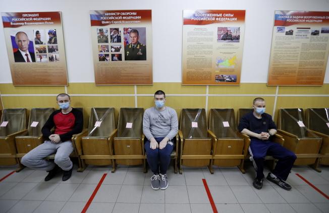 世衛在過去24小時,接獲10萬6000起案例,這是疫情爆發後單日增加最多病例的一天。回報案例幾乎七成來自美國、俄羅斯、巴西和英國等四國。圖為俄羅斯的新兵在聖彼得堡的招募中心等待體檢。(路透)