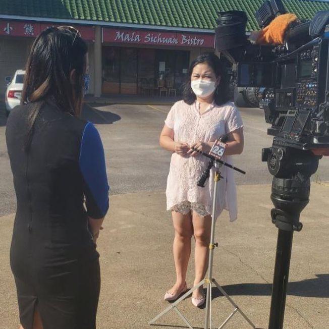 熊可莉接受電視台專訪。( 小熊川菜臉書)