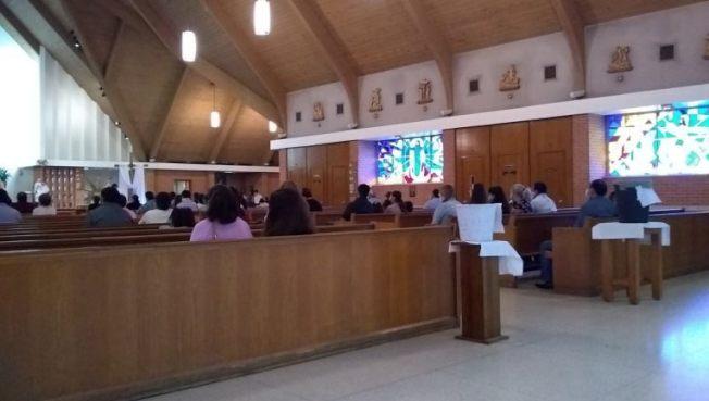 聖靈堂恢復公開彌撒後,每次都未坐滿。(FOX26電視台)