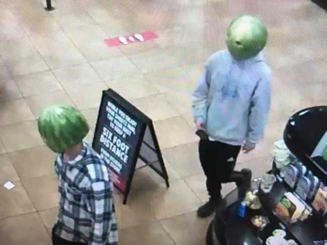兩名頭上戴著整顆西瓜皮的男子,進入便利商店偷酒。警方近日分別逮獲兩人。(路易莎警察局提供)