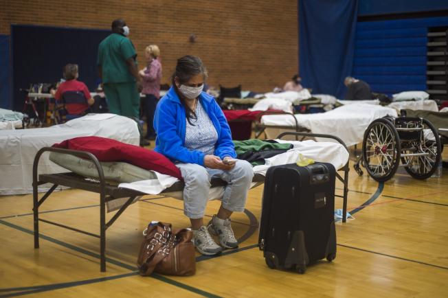 新冠疫情未息,大西洋颶風季即將來臨,專家建議低窪地區民眾,先連絡好家人親友,必要時提供庇護,最好不要擠到公家設立的大型避難中心(見圖)去。(美聯社)
