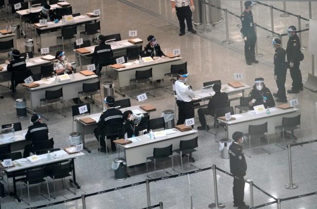 香港新增八宗確診,均為輸入或相關個案。圖為香港國際機場加強檢疫的照片。(中通社)