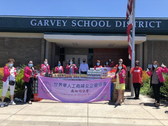 世界華人工商婦女企管協會南加州分會為嘉偉學區捐獻物資。(記者王若然/攝影)