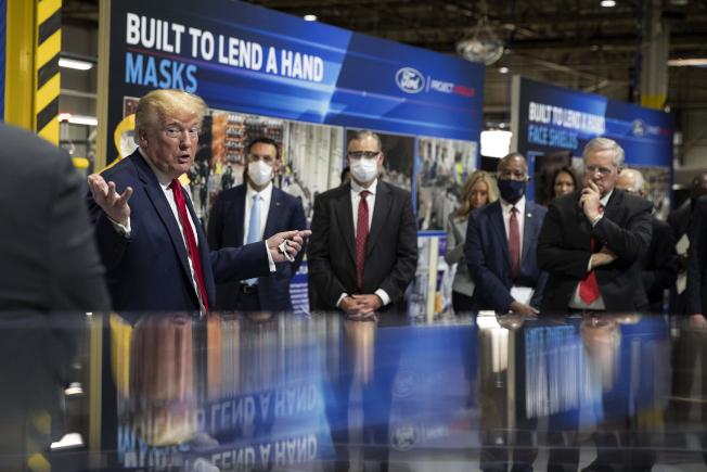 川普總統21日訪問位於密西根州伊普西蘭蒂的福特汽車廠,他在參訪過程,曾一度戴上口罩。(美聯社)