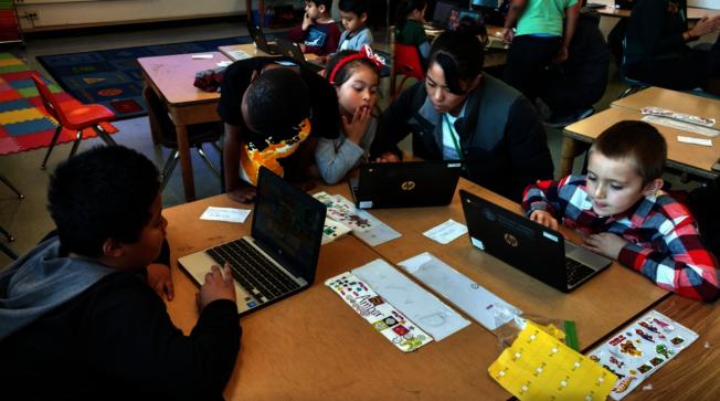 屋崙已經籌到1250萬元,將為全市5萬個公立學校學生,每人提供一台電腦和互聯網接入。(屋崙學區供圖)