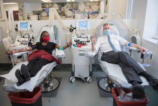 白思豪(右)與妻子捐血。(市長辦公室提供)