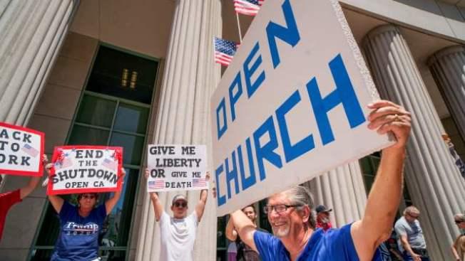 加州許多教會牧師已不耐久候,宣布5月31日將重啟禮拜。圖為教會人士抗議,要求重啟教堂。(Getty Images)