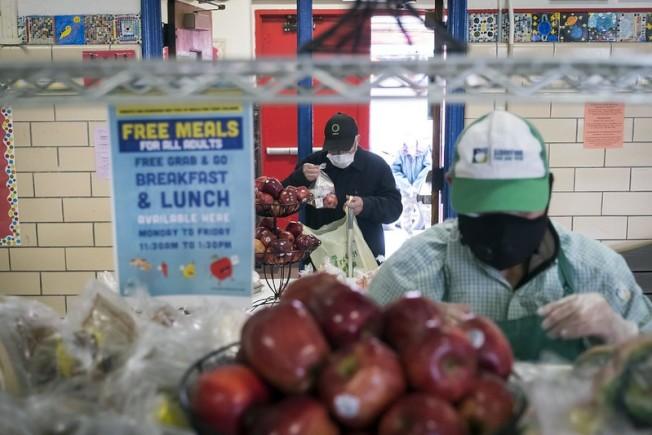 公校學生家庭將從6月起收到食物補助費,圖為疫情期間在公校設立的免費餐領取點。(市長辦公室提供)