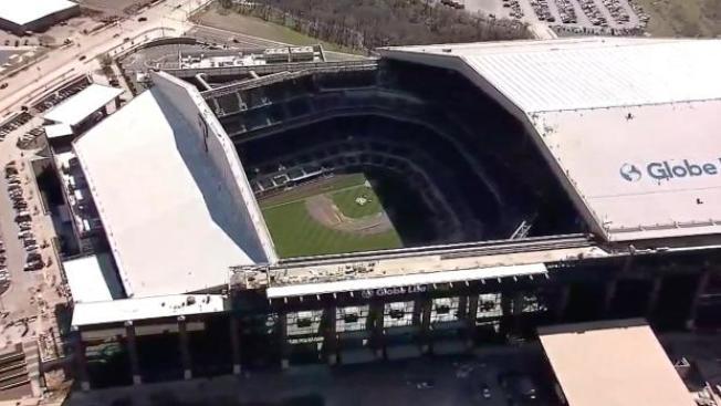 有移動式屋頂的地球人壽棒球場,高中應屆畢業生與家人將率先見識。(CBS11電視台)