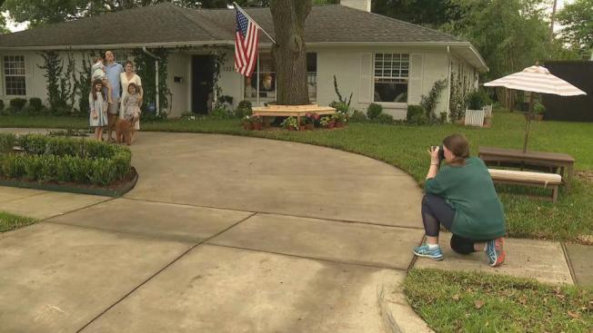 艾布尼為鄰居拍照。(FOX4電視台)