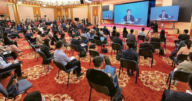 全國人大新聞發布會21日在北京人民大會堂新聞發布廳舉行,由大會發言人張業遂就大會議程和人大工作相關問題回答中外記者提問。新聞發布會採用網絡視像形式舉行,許多記者在梅地亞中心多功能廳採訪。(新華社)
