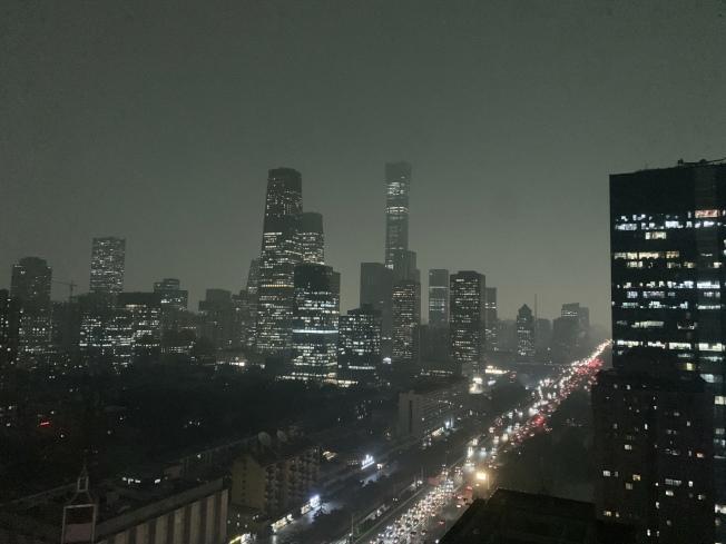 全國政協會議21日開議時,北京白晝如夜,暴雨傾盆雷電交加。(美聯社)