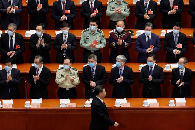 中國全國人大第13屆三次大會21日起在北京開議,中國國家主席習近平(前中)在掌聲中走進會場。(路透)