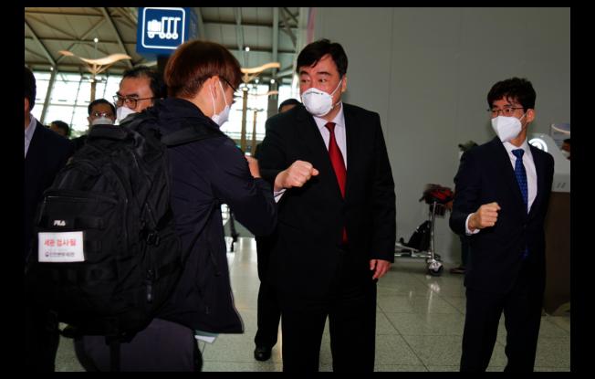 中國駐南韓大使邢海明日前在仁川機場,為首批透過「快捷通道」準備啟程前往天津復工的韓企業員工送行。(中新社)