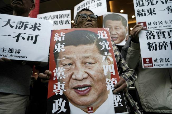 中國全國人大將審議「香港版國安法」,分析指和「反送中」運動有關。圖為去年香港「反送中」運動,民眾上街抗議。(美聯社)