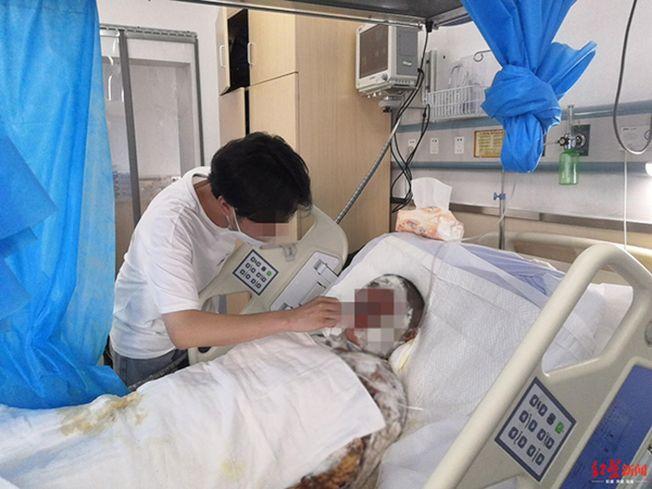 盧佳龍照顧媽媽。(取材自紅星新聞)
